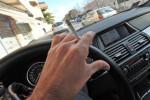 Fuma in auto con il figlio minorenne, multa di 110 euro