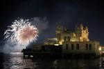 Fuochi d'artificio a Mondello, in migliaia in spiaggia col naso all'insù - Video