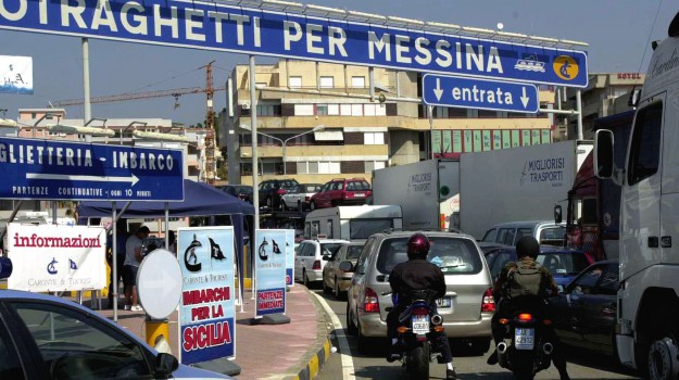 Incolonnamenti agli imbarchi da Villa San Giovanni in direzione Messina - Ansa