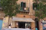 Fiamme in una casa a Palermo, donna ustionata al volto - Video