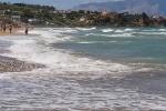 Il caldo grande assente di ferragosto, mare agitato sulla costa nord della Sicilia