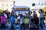 Migranti, l'agente e la frase choc: nel 2014 fece caricare operai