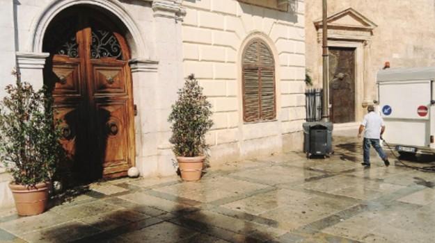 portone comune alcamo bruciato, Trapani, Cronaca