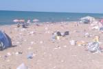 Spiaggia tra i rifiuti a Campofelice di Roccella: le immagini