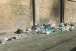Troppi rifiuti in una strada a Trapani: divieto di circolazione