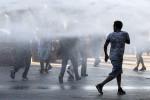 Migranti sgomberati, guerriglia a Roma: bombole contro la polizia