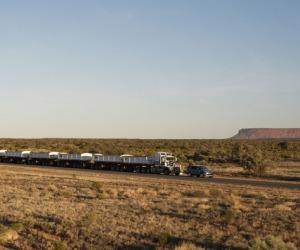 Land Rover Discovery traina un road train da 100 ton. in Australia