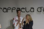 Federica Pellegrini sfila con 'paint-kini' a Milano