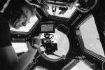 Selfie di AstroPaolo nella grande finestra della Stazione Spaziale