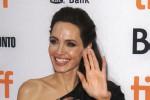 Radiosa Angelina Jolie sul red carpet di Toronto: la diva presenta il suo nuovo film da regista