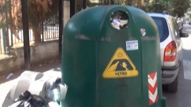 La segnalazione dei cittadini: campane di vetro stracolme a Palermo