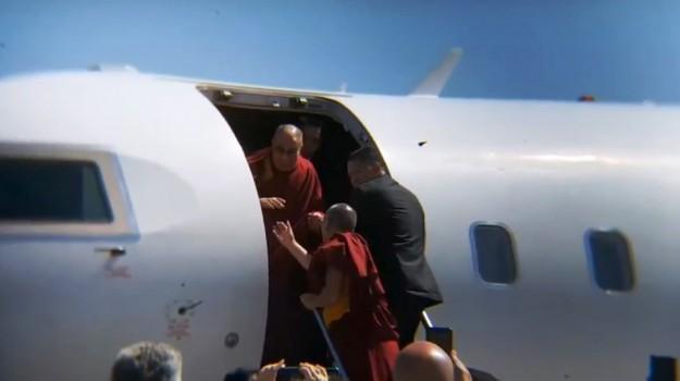 Dalai Lama in Sicilia, l'arrivo all'aeroporto di Catania - Video