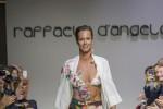 Sfila con un costume dipinto a mano, Federica Pellegrini modella per un giorno