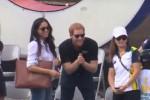 Jeans strappati e camicia bianca: prima uscita pubblica di Meghan col principe Harry - Video
