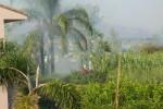 Incendio nella frazione normanna di Giarre, fiamme vicino le case: le foto