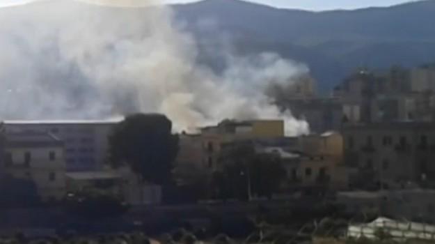 Rifiuti dati alle fiamme a Palermo, incendio vicino viale Strasburgo