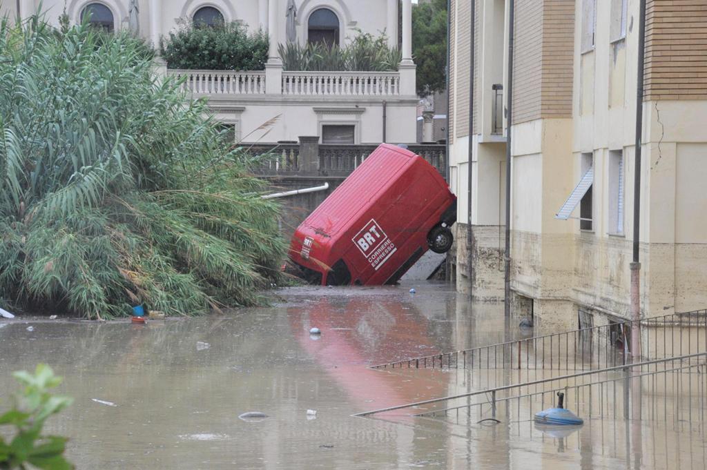 Cinque morti nel nubifragio a Livorno