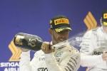 Singapore, trionfa Hamilton: le due Ferrari fuori subito dopo il via - Le immagini dell'incidente