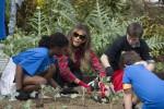 Camicia country e scarpe da ginnastica: Melania fa giardinaggio con i bambini