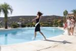 Piroetta mentre sfila ma cade in piscina: aspirante miss diventa una star del web