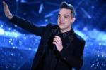 """Robbie Williams, concerti sospesi per un'ernia al disco: """"Questo lavoro mi ucciderà"""""""
