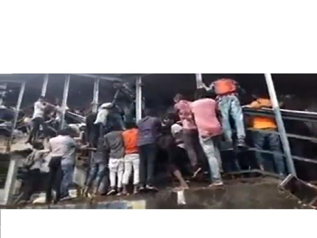 India: calca alla stazione di Mumbai, almeno 22 morti