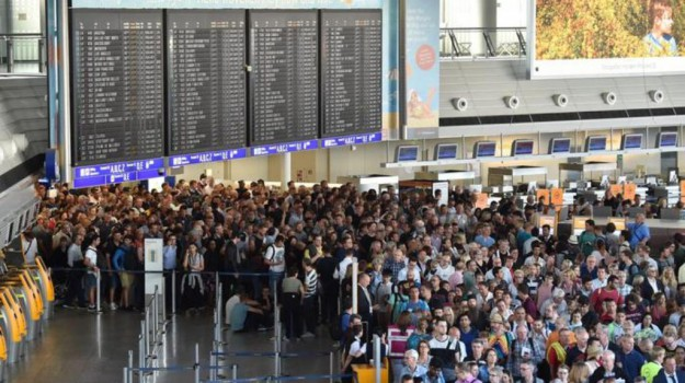 aeroporto francoforte, attacco spray francoforte, Sicilia, Mondo