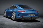 Porsche 911 GT3 Touring su strada con una vera auto da corsa