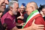Il Dalai Lama in Sicilia: parte il tour di 3 giorni tra Messina, Taormina e Palermo