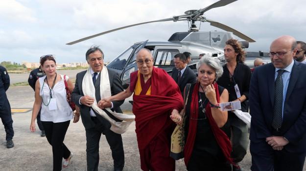 Dalai Lama a Palermo, l'incontro al Teatro Massimo: imponenti misure di sicurezza - Foto e video