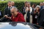 La visita del Dalai Lama, le immagini dell'arrivo a Boccadifalco: fedeli in lacrime - Video