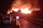 A fuoco un deposito ad Acireale, fumo visibile anche da Fontanarossa