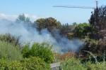 Incendio vicino alle case a Giarre, anche i residenti gettano l'acqua sulle fiamme