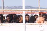 Chiedono cibo migliore e wi-fi, rivolta dei migranti in un centro ad Agrigento