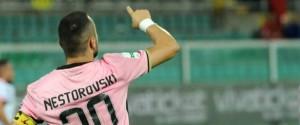 Il Palermo vince, la vetta è a un punto: per Nestorovski due gol ed espulsione