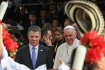 Papa Francesco in Colombia, subito un saluto alle vittime della guerra