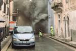Scoppia un incendio in una palazzina, due persone ricoverate a Ragusa