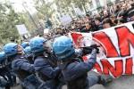 G7 a Torino, scontri fra manifestanti e polizia, 8 feriti tra forze dell'ordine e un fermato