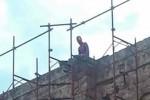 Si veste da Spiderman e sale sul tetto dell'istituto delle Croci per il figlio che non vede da anni