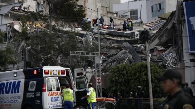 Palazzi crollati e gente tra le macerie, Città del Messico devastata dal sisma - Foto