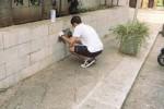 I volontari puliscono le scritte sui muri di Castelvetrano