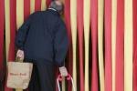 Passare l'aspirapolvere o portare le buste della spesa, la ginnastica anti-caduta per gli anziani