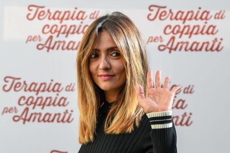 Ambra Angiolini Cambia Look E Va In Terapia L Attrice Bionda Al