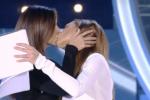 Belen Rodriguez bacia in bocca Ilary Blasi: il colpo di scena al Grande Fratello Vip