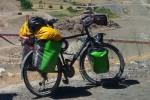 Gira il mondo in bicicletta ma in Italia gliela rubano