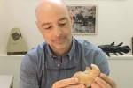 Il paleontologo Gianni Insacco con la bulla di Caperea