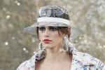La figlia di Cindy Crawford star in passerella per Chanel: le foto della sfilata a Parigi