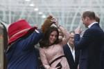 Incinta del terzo figlio, Kate balla con l'orso Paddington in stazione: le foto