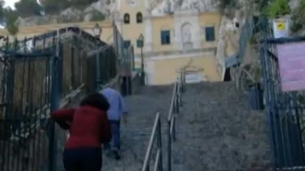 Il degrado della riserva di Monte Pellegrino: carcasse di moto e varchi chiusi