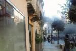 Marsala, scoppia un incendio ma i dissuasori bloccano i pompieri